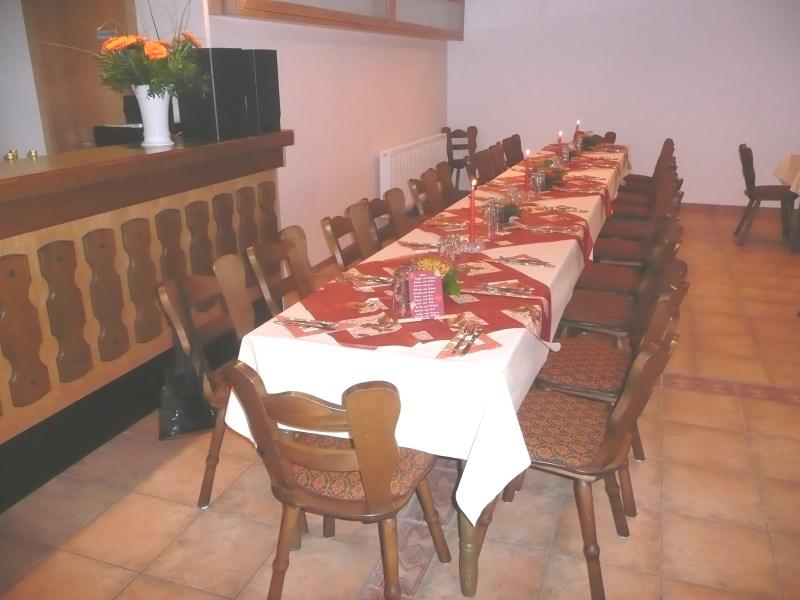 Partyraum mieten Tisch vollständig gedeckt